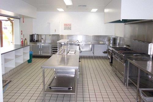 Vệ sinh bếp thường xuyên sẽ giúp gia tăng tuổi thọ của bếp ăn công nghiệp