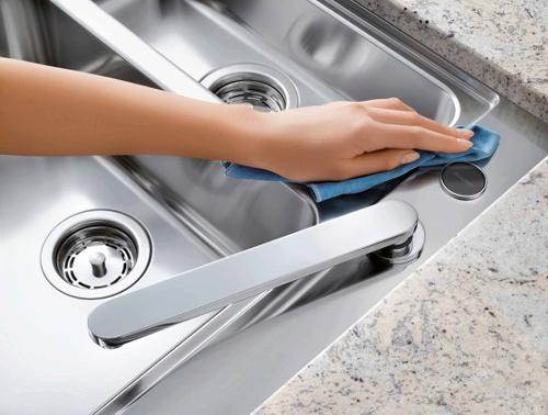 Một trong những cách vệ sinh chậu rửa inox sạch sẽ nữa đó là dùng nước lau kính