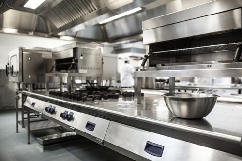 Sản phẩm, thiết bị inox có màu sáng mang lại không gian sạch sẽ cho căn bếp