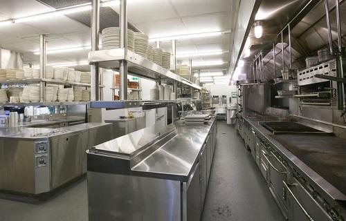 Mọi thiết bị bếp công nghiệp đều được chế tạo từ inox giúp việc sơ chế, chế biến thực phẩm an toàn, hợp vệ sinh