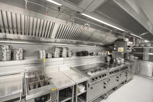 Các thiết bị inox trong khu bếp nhà hàng